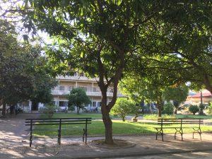 Avant d'être un lieu de torture utilisé par les Khmers Rouges, S21 était un lycée. Ici la cour de récréation encerclée par les bâtiments scolaires.